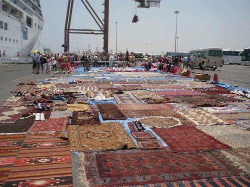 44 Fujairah Händler vor dem Schiff