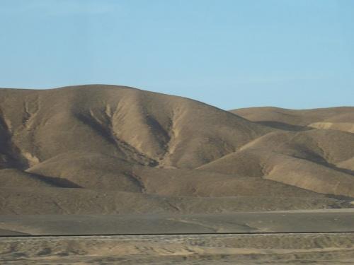 76 Luxor Auf der Fahrt_Kahle Berge