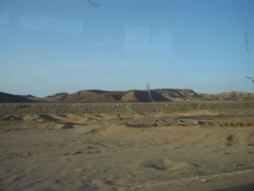 77 Luxor Auf der Fahrt_Flache Wüstenlandschaft
