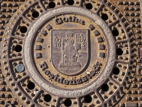 Gotha 03 Gully-Deckel vorm Rathaus