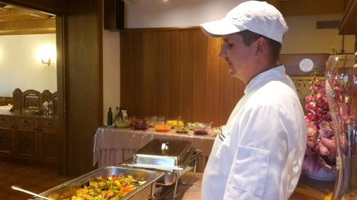 217 ABSCHIED v. Hotel FANTUR _ Koch präsentiert Abendessen v. Abreise