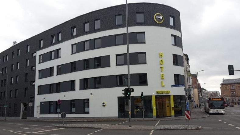 Juri-Gagarin-Ring_ Hotel B u B_von Bgmst.-Wagner-Str. aus