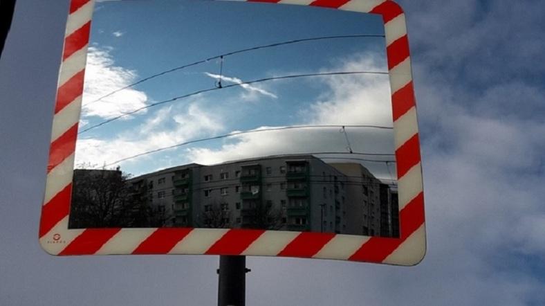 SpiegelMotiv Häuser Wolken Oberleitung