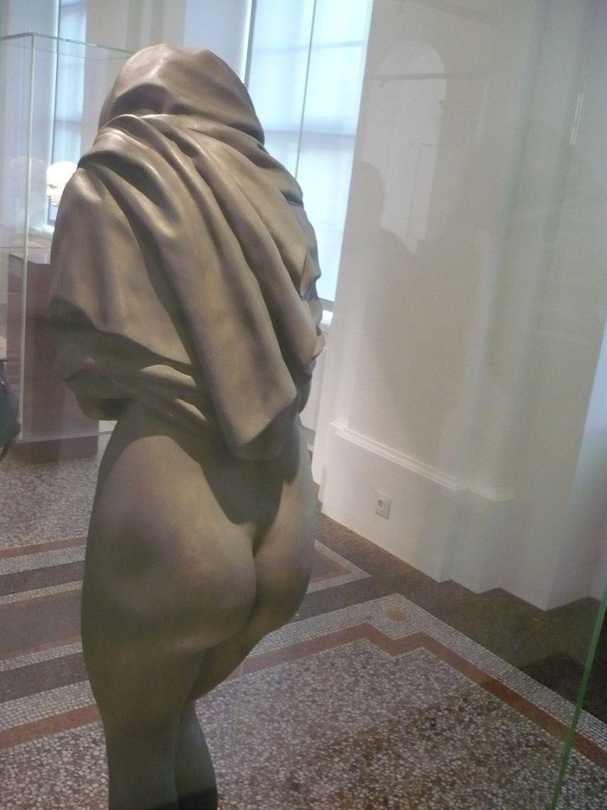 Frau rückseitig-nackt