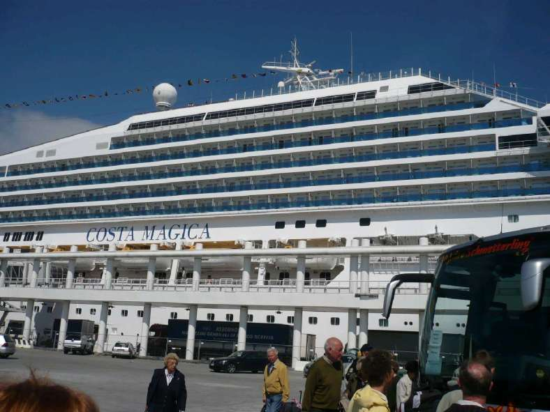 2 Costa Magica am Pier