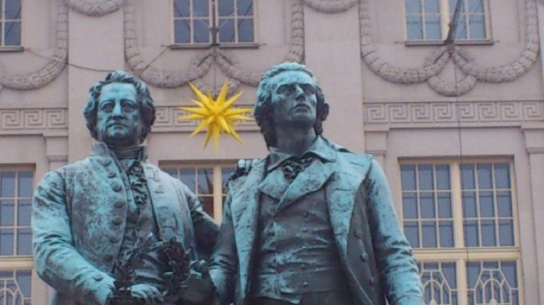Weimar Theaterplatz Goethe u. Schiller im Advent